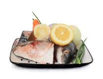 Pedazos crudos de los pescados. imagen de archivo