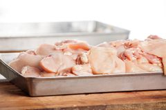 Pedazos crudos del pollo en envase Fotos de archivo
