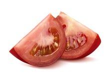 2 pedazos cuartos del tomate en el fondo blanco Imagen de archivo libre de regalías