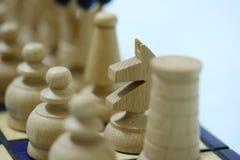 Pedazos de ajedrez blancos a bordo Foto de archivo libre de regalías
