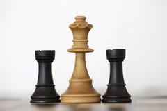 Pedazos de ajedrez blancos de madera de los grajos de la reina y del negro Foto de archivo libre de regalías