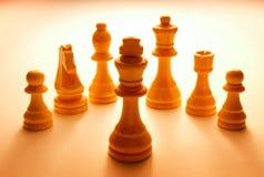 Pedazos de ajedrez blancos de madera fijados Fotografía de archivo libre de regalías