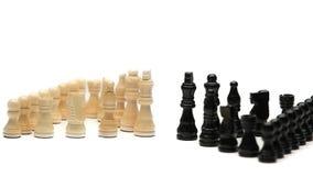 Pedazos de ajedrez blancos delante de pedazos de ajedrez negros almacen de metraje de vídeo