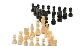 Pedazos de ajedrez blancos que hacen frente a pedazos de ajedrez negros almacen de metraje de vídeo