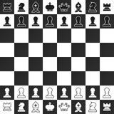Pedazos de ajedrez blancos y negros en el tablero de ajedrez stock de ilustración