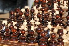 Pedazos de ajedrez blancos y negros en un tablero de ajedrez, primer El conjunto de ajedrez calcula en la tarjeta que juega Imagen de archivo