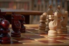 Pedazos de ajedrez a bordo Fotografía de archivo libre de regalías