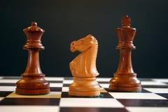 Pedazos de ajedrez a bordo imagenes de archivo