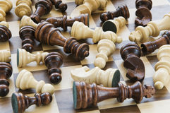 Pedazos de ajedrez caidos Imagen de archivo