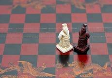 Pedazos de ajedrez chinos sabios de los viejos hombres Imágenes de archivo libres de regalías