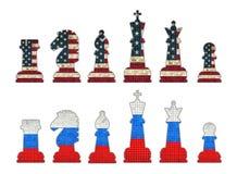 Pedazos de ajedrez con la bandera de los E.E.U.U. y pedazos de ajedrez con la bandera de Rusia imagen de archivo
