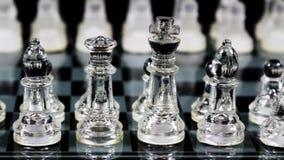 Pedazos de ajedrez de cristal puestos en ubicaciones el comenzar a bordo Fotografía de archivo libre de regalías