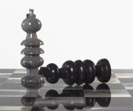 Pedazos de ajedrez - el negro dimite al blanco Imagenes de archivo