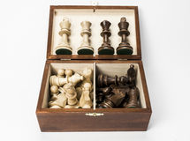 Pedazos de ajedrez en caja con los reyes y las reinas exhibidos Fotos de archivo