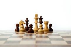Pedazos de ajedrez en el tablero Fotos de archivo