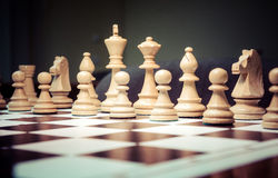 Pedazos de ajedrez en el tablero de ajedrez Fotos de archivo libres de regalías