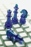 Pedazos de ajedrez en el teclado de ordenador Fotos de archivo