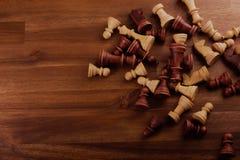 Pedazos de ajedrez en la madera imagenes de archivo