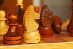 Pedazos de ajedrez en la tabla imágenes de archivo libres de regalías