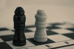 Pedazos de ajedrez en la tarjeta imagenes de archivo