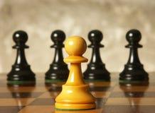 Pedazos de ajedrez en la tarjeta de madera foto de archivo libre de regalías