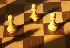 Pedazos de ajedrez en la tarjeta de madera fotos de archivo