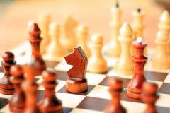 Pedazos de ajedrez en un tablero de ajedrez Imágenes de archivo libres de regalías
