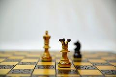 Pedazos de ajedrez en un tablero de ajedrez Imagenes de archivo