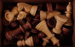 Pedazos de ajedrez en una caja imagen de archivo