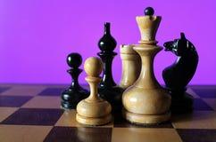 Pedazos de ajedrez en una tarjeta de ajedrez Fotografía de archivo libre de regalías
