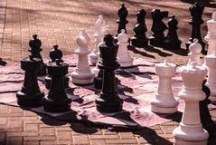 Pedazos de ajedrez gigantes Fotografía de archivo libre de regalías