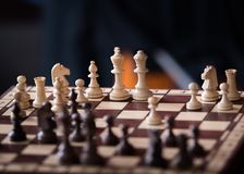 Pedazos de ajedrez de madera en un tablero de ajedrez Fotos de archivo