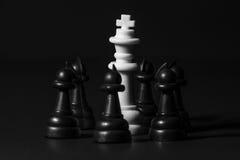 Pedazos de ajedrez plásticos Fotos de archivo libres de regalías