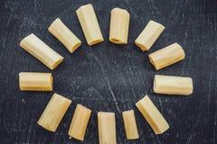 Pedazos de azúcar de caña en el viejo fondo de madera Concepto del azúcar fotografía de archivo libre de regalías