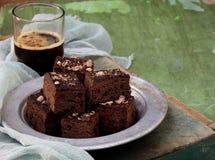Pedazos de brownie del chocolate de la torta en fondo de madera Foco selectivo fotografía de archivo