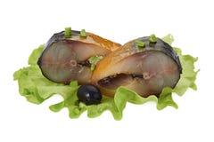 Pedazos de caballa ahumada con la aceituna, la cebolla verde y la ensalada Foto de archivo