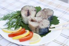 Pedazos de caballa fresca en especias con las verduras en la placa Foto de archivo libre de regalías