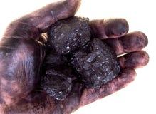 Pedazos de carbón en palma sucia Fotos de archivo libres de regalías