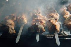 Pedazos de carne atados en pinchos Foto de archivo libre de regalías
