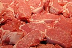 Pedazos de carne de cerdo, cierre para arriba, en mercado fresco en venta imagen de archivo