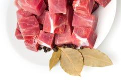 Pedazos de carne congelada con las hojas del laurel aisladas imágenes de archivo libres de regalías