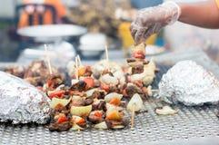 Pedazos de carne mordidos en la madera Foto de archivo libre de regalías