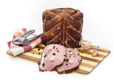 Pedazos de cerdo en una tabla de cortar Foto de archivo