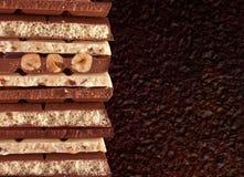 Pedazos de chocolate blanco y oscuro Imagen de archivo libre de regalías