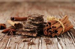 Pedazos de chocolate con las estrellas del canela y del anís Fotografía de archivo