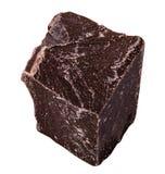 Pedazos de chocolate negro aislados en el fondo blanco truncamiento imagen de archivo libre de regalías