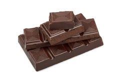 Pedazos de chocolate oscuro aislados Imágenes de archivo libres de regalías