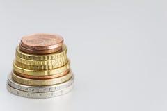 Pedazos de dinero en un fondo ligero Foto de archivo libre de regalías