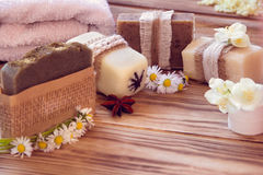 Pedazos de diverso jabón seco con un jazmín, una margarita, un anís y un towe Fotografía de archivo libre de regalías