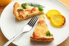 Pedazos de empanada de color salmón de la quiche en la placa, Fotos de archivo